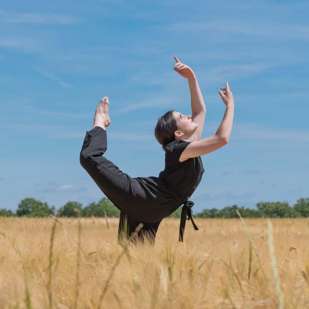 Léa danseuse classique dans un champs de blé