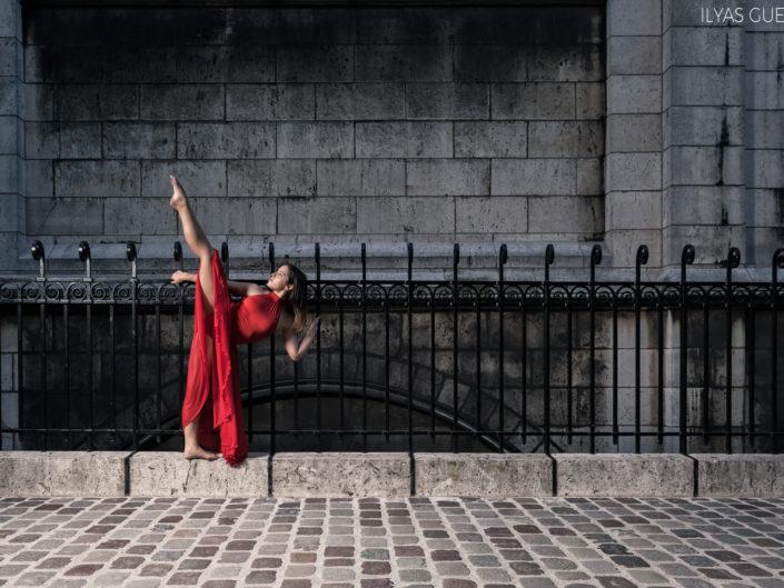 danseuse avec une robe rouge grille de l'église du sacré coeur