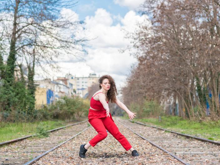 danseuse en combi rouge sur la petite ceinture à paris
