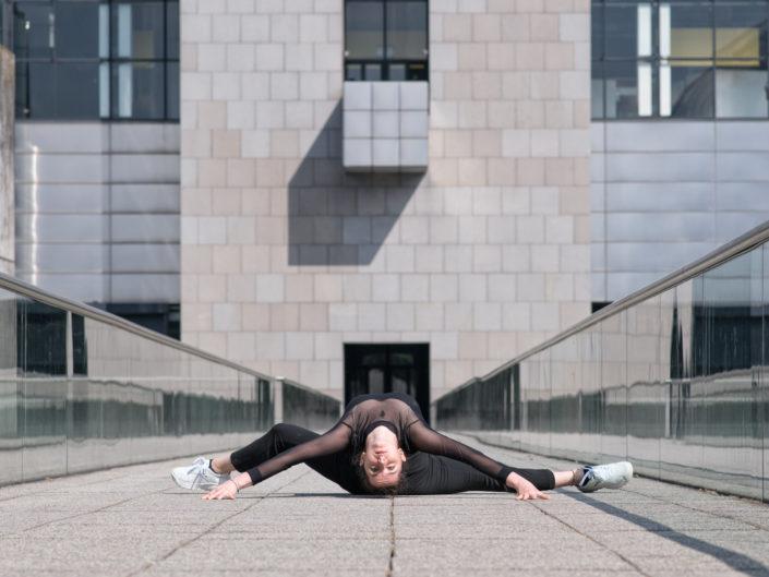 danseuse habillé de noir effcetuant un écart à la cité des sciences de paris