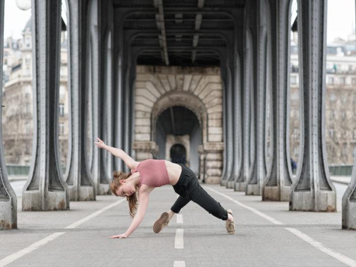 danseuse sous le pont aerien du métro de birhakeim
