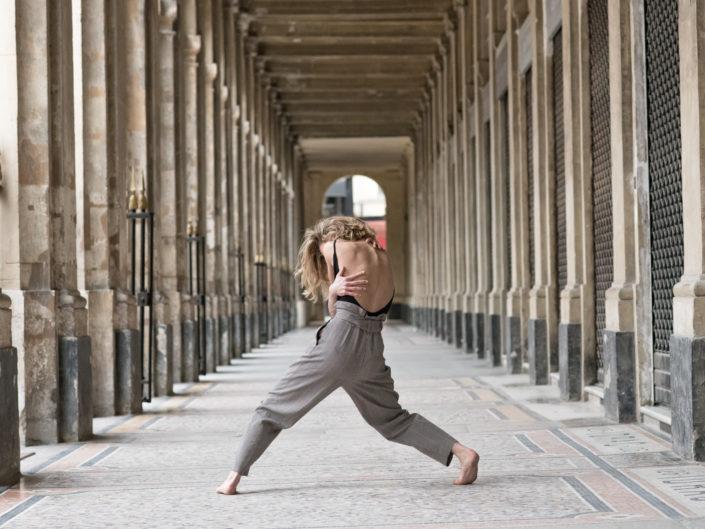 danseuse vu de dos sous les galeries du jardin de palais royal