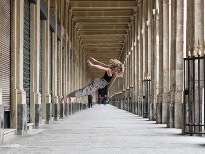 Danseuse effectuant un saut donnant l'impression d'être en lévitation