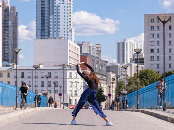 danseuse Winona sur le pont routier vers le 104