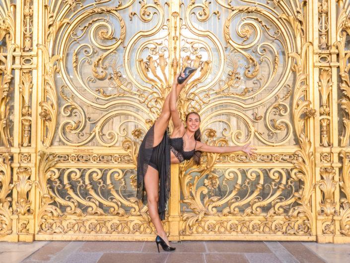 danseuse bretonne maiewenn effactuant un jeté devant le porte dorée du petit palais