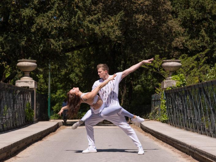 duo de danseurs effactuant un porté sur un pont de l'ile des amoureux