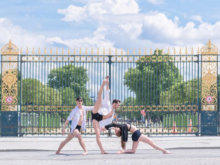 trio de danseurs davant les grilles du jardin des tuileries à paris