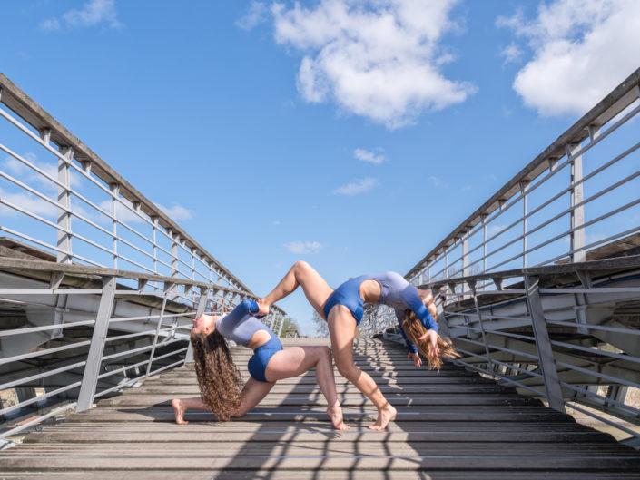 duo de danseuses vetues de bleu sur la Passerelle Léopold-Sédar-Senghor