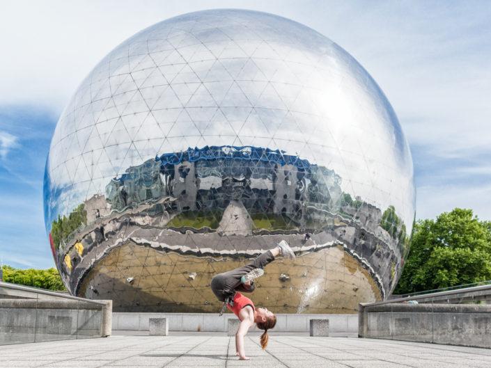 danseuse hiphop effectuant un freeze devant la geode