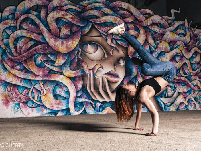 danseuse hiphop effactuant un freeze à la cité de la mode de paris