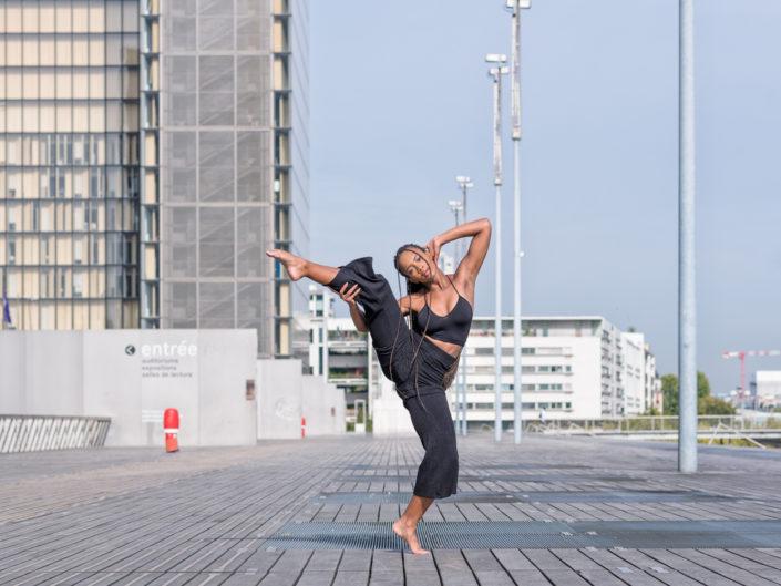 danseuse sur le parvis de la bibliotheque francois mitterrand
