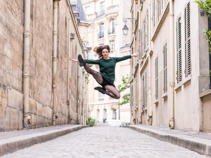 saut dans une rue pietonne parisienne