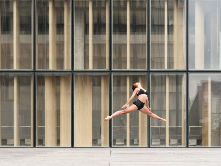 danseuse sautant devant le batiment de la bibliotheque francois mitterrand