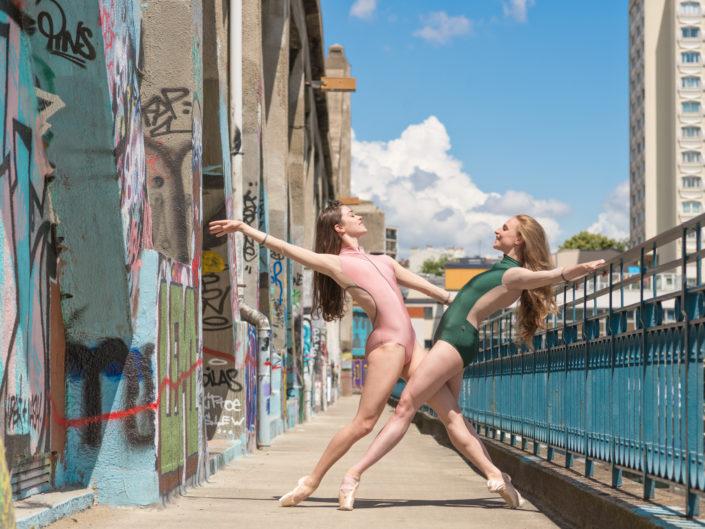 duo de danseuses classique sur un pont avec des grafittis