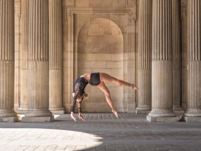 gymnaste effectuant un salto arriere au carre du louvre