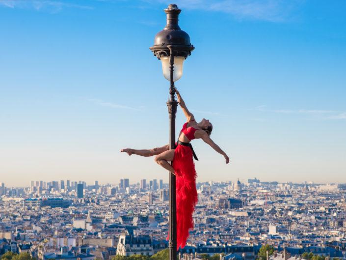 danseuse aerienne sur un reverbere parisien