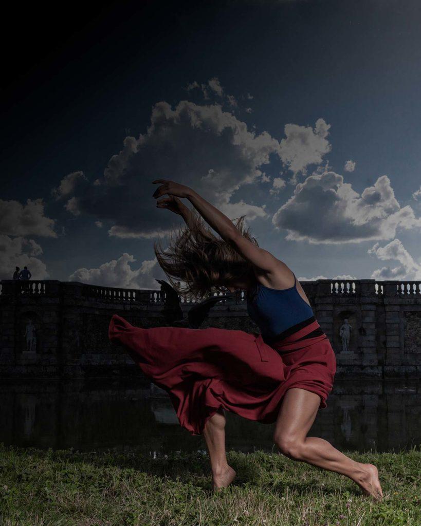tirage vente Danseuse justaucorps bleu jupe rouge en mouvement devant le chateau de fontainebleau