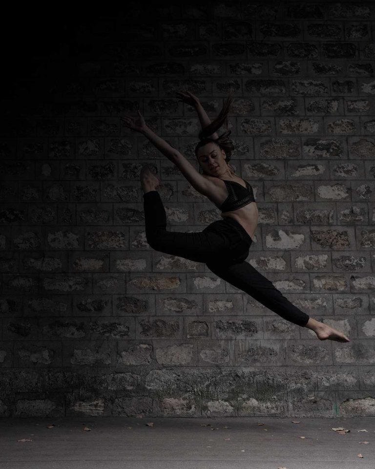 tirage vente danseuse saut devant un mur pierre vers la gare de bercy